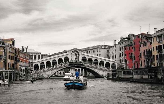 Ponte di Rialto: Oldest Bridge Spanning the Grand Canal
